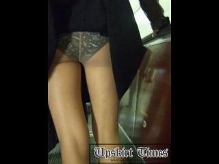 Отличные ножки и красивые трусики незнакомой дамочки